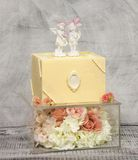 Wyśmienity czekoladowy ślubny tort na szkła pudełku dekorował z różami fotografia stock