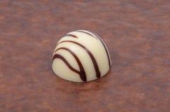 Wyłączni czekoladowi cukierki odizolowywający na bielu obrazy stock