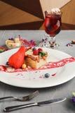 Wyłączny deser słuzyć na bielu talerzu Obrazy Stock