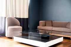 Wyścielany meble i szklany stół w pokoju fotografia stock