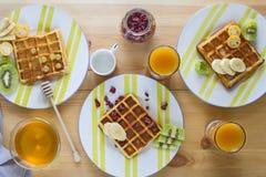 Wyśmienicie śniadanie od świeżo piec Belgijskich opłatków z bananem, kiwi, kumquat i cranberries, obraz royalty free