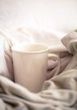 wyśmienicie śniadanie w łóżku z dużą kordzik kawą obrazy stock
