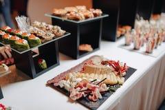 Wyśmienicie świąteczny bufet z canapés i różnymi wyśmienicie posiłkami zdjęcie stock
