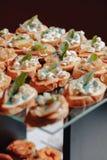 Wyśmienicie świąteczny bufet z canapés i różnymi wyśmienicie posiłkami fotografia royalty free