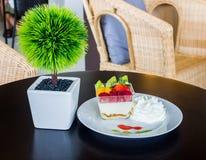 Wyśmienicie świeża owocowa sałatka słuzyć na stołowy drewnianym Fotografia Stock