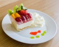 Wyśmienicie świeża owocowa sałatka słuzyć na stołowy drewnianym Obraz Royalty Free