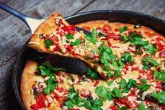 Wyśmienicie świeża pizza słuzyć na drewnianym stole Zdjęcia Royalty Free
