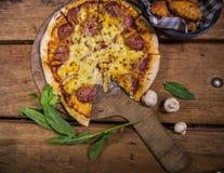 Wyśmienicie świeża robić pizza fotografia stock