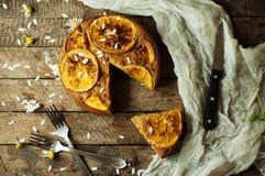 Wyśmienicie świeży domowej roboty kulebiak z pomarańczowym zapałem, mleko, masło, jajko Obrazy Stock
