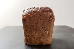 Wyśmienicie świeży piec brown chleb z otrębiastymi słonecznikowymi ziarnami dalej obraz royalty free
