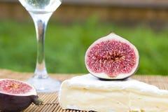 Wyśmienicie świezi figi, wino i brie, Obrazy Stock