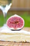 Wyśmienicie świezi figi, wino i brie, Zdjęcia Stock