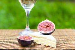 Wyśmienicie świezi figi, wino i brie, Fotografia Stock