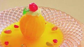 Wyśmienicie żółty jajeczny deser na talerzu obraz royalty free