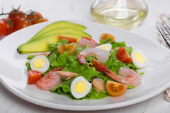 Wyśmienicie apetyczna jarzynowa sałatka z owoce morza na białym talerzu Zdjęcie Stock