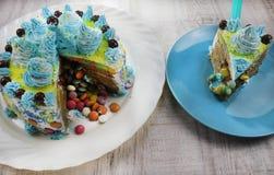 Wyśmienicie błękita tort na błękitnym i białym talerzu z czekoladą obrazy stock