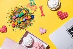 Wyśmienicie babeczka z laptopem i słowa wszystkiego najlepszego z okazji urodzin na kolorze żółtym Zdjęcie Stock