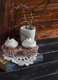 Wyśmienicie babeczki na drewnianym stole handluje porcelany świeżego porcelanowe truskawek herbatę razem Zdjęcie Royalty Free