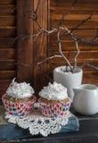 Wyśmienicie babeczki na drewnianym stole handluje porcelany świeżego porcelanowe truskawek herbatę razem Obraz Stock
