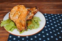 Wyśmienicie barbecued wieprzowina ziobro słuzyć na sałacie na starej nieociosanej drewnianej desce obraz royalty free