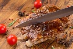 Wyśmienicie barbecued ziobro przyprawiający z korzennym fastrygowanie kumberlandem na starym nieociosanym drewnianym zakupy wsiad zdjęcia stock