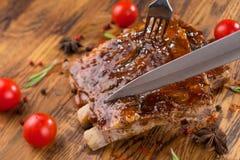 Wyśmienicie barbecued ziobro przyprawiający z korzennym fastrygowanie kumberlandem na starym nieociosanym drewnianym zakupy wsiad obrazy stock