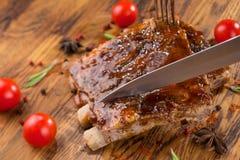 Wyśmienicie barbecued ziobro przyprawiający z korzennym fastrygowanie kumberlandem na starym nieociosanym drewnianym zakupy wsiad obraz stock