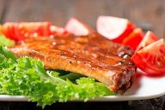Wyśmienicie barbecued ziobro przyprawiali z korzennym BBQ fastrygowania kumberlandem Zdjęcie Stock
