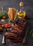 Wyśmienicie barbecued ziobro przyprawiali z korzennym fastrygowanie kumberlandem zdjęcia stock
