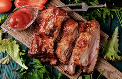 Wyśmienicie barbecued ziobro przyprawiali z korzennym fastrygowanie kumberlandem obrazy stock