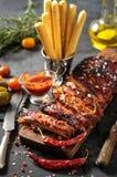 Wyśmienicie barbecued ziobro przyprawiali z korzennym fastrygowanie kumberlandem obrazy royalty free