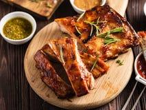 Wyśmienicie barbecued ziobro przyprawiali z korzennym fastrygowanie kumberlandem i obraz royalty free