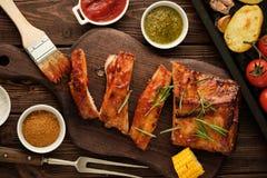 Wyśmienicie barbecued ziobro przyprawiali z korzennym fastrygowanie kumberlandem i fotografia stock