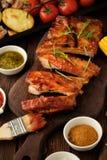 Wyśmienicie barbecued ziobro przyprawiali z korzennym fastrygowanie kumberlandem i zdjęcia royalty free