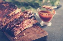 Wyśmienicie barbecued ziobro przyprawiali z korzennym fastrygowanie kumberlandem i zdjęcie stock