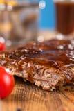 Wyśmienicie barbecued ziobro przyprawiali z korzennym fastrygowanie kumberlandem i słuzyć z siekającymi świeżymi warzywami na sta fotografia royalty free