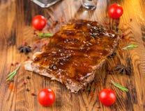 Wyśmienicie barbecued ziobro przyprawiali z korzennym fastrygowanie kumberlandem i słuzyć z siekającymi świeżymi warzywami na sta zdjęcie royalty free