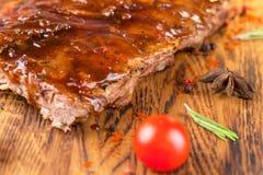 Wyśmienicie barbecued ziobro przyprawiali z korzennym fastrygowanie kumberlandem i słuzyć z siekającymi świeżymi warzywami na sta zdjęcia royalty free
