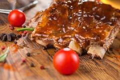 Wyśmienicie barbecued ziobro przyprawiali z korzennym fastrygowanie kumberlandem i słuzyć z siekającymi świeżymi warzywami na sta zdjęcia stock