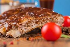 Wyśmienicie barbecued ziobro przyprawiali z korzennym fastrygowanie kumberlandem i słuzyć z siekającymi świeżymi warzywami na sta obrazy royalty free