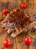 Wyśmienicie barbecued ziobro przyprawiali z korzennym fastrygowanie kumberlandem i słuzyć z siekającymi świeżymi warzywami na sta fotografia stock