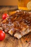 Wyśmienicie barbecued ziobro przyprawiali z korzennym fastrygowanie kumberlandem i słuzyć z siekającymi świeżymi warzywami na sta obraz royalty free