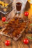 Wyśmienicie barbecued ziobro przyprawiali z korzennym fastrygowanie kumberlandem i słuzyć z siekającymi świeżymi warzywami na sta zdjęcie stock