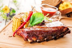Wyśmienicie barbecued ziobro przyprawiali z korzennym fastrygowanie kumberlandem, słuzyć z sałatką i piec na grillu kukurudzy na  obrazy royalty free