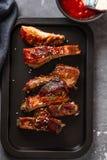 Wyśmienicie barbecued ziobro przyprawiali z korzennym fastrygowanie kumberlandem w górę, kopii przestrzeń zdjęcia royalty free