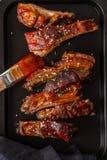 Wyśmienicie barbecued ziobro przyprawiali z korzennym fastrygowanie kumberlandem w górę, kopii przestrzeń fotografia stock