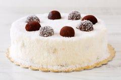 Wyśmienicie cały biały tort z desiccated koksu prochowy i kakaowy piłek zamrażać Obrazy Stock