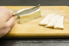 Wyśmienicie camembert ser ciie z nożem na ciapanie knurze Zdjęcie Royalty Free