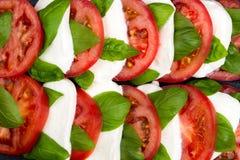 Wyśmienicie caprese sałatka z pomidorami i mozzarella serem z Zdjęcia Stock