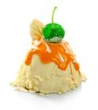 Wyśmienicie ciasto z polewą i wiśnią odizolowywającymi Zdjęcie Royalty Free